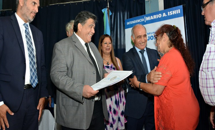 MARIO ISHII JUNTO A FUNCIONARIOS PROVINCIALES ENTREGARON ESCRITURAS A 356 FAMILIAS PACEÑAS