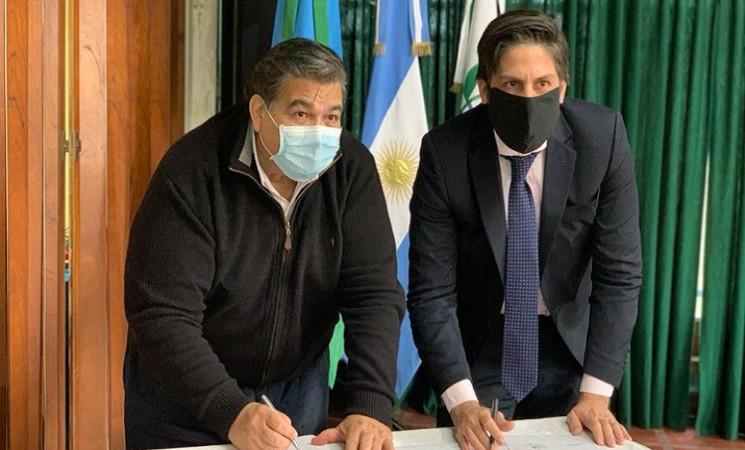 EL INTENDENTE ISHII FIRMÓ UN CONVENIO PARA QUE ESTUDIANTES PACEÑOS  TENGAN SU NETBOOK